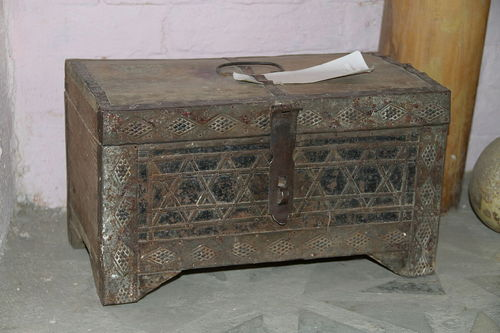 Old_box_in_Samarkand.jpeg